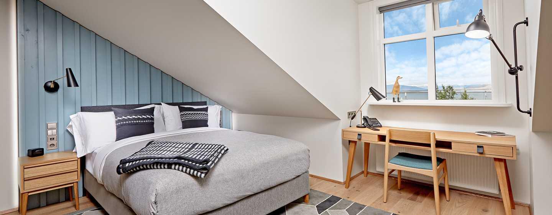 Hôtel Canopy by Hilton Reykjavik City Centre, Islande - Chambre Premium avec grand lit et vue sur la mer