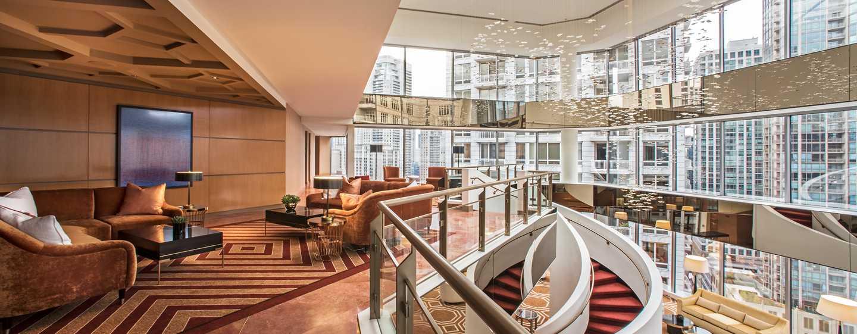 Hotel Conrad Chicago, EE. UU. - Atrio de dos pisos con ventanales