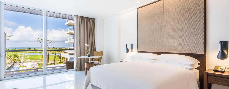 Hotel Conrad Cartagena, Colombia - Dormitorio de lujo con cama King y vista a la piscina