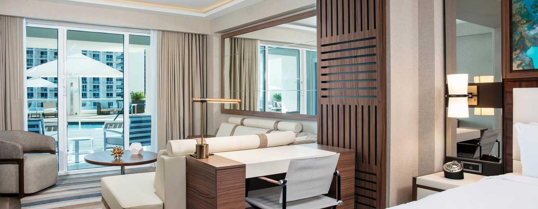 Conrad Fort Lauderdale Beach, EUA – Área de estar do quarto com vista para piscina