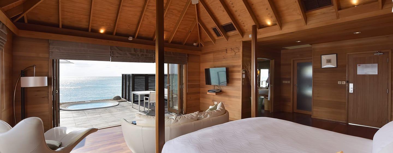 Conrad Maldives Rangali Island Hotel, Malediven– Bett und Ausblick aus der Superior Wasservilla