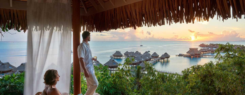 Hôtel Conrad Bora Bora Nui, Polynésie française - Petit déjeuner buffet - Vue sur le coucher de soleil depuis le sommet de la colline