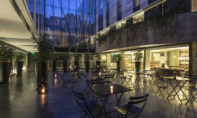 Hotel Anselmo Buenos Aires, Curio Collection by Hilton, Argentina - Patio por la noche