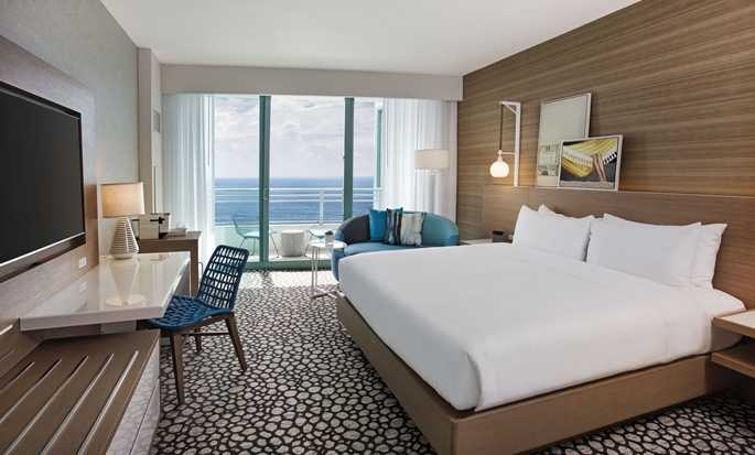 The Diplomat Beach Resort Hollywood, Curio Collection by Hilton Hotel, USA – King-Size-Bett mit Meerblick