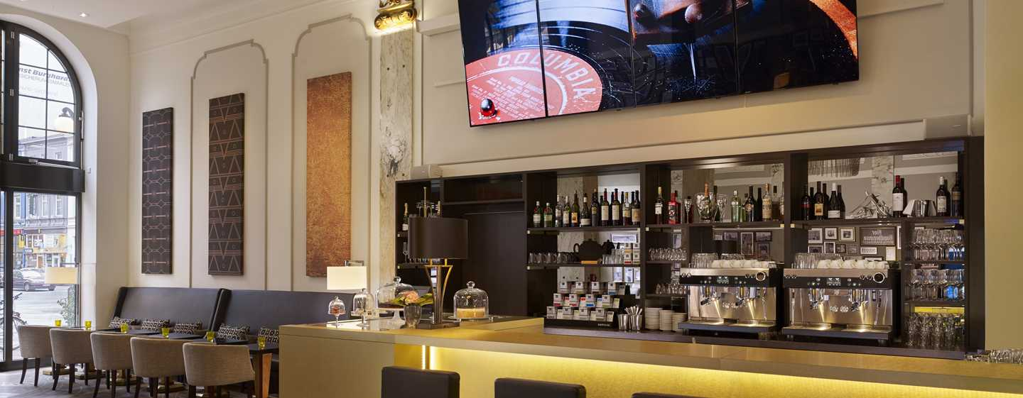 Reichshof Hamburg, Curio Collection by Hilton – Sushi & Sweets Café in der Hotelhalle