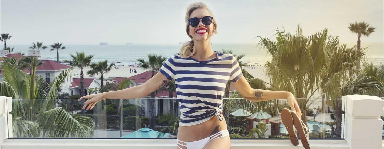 Beach Village at The Del, Curio Collection by Hilton Hotel, Kalifornien, USA– Frau auf dem Balkon einer Villa