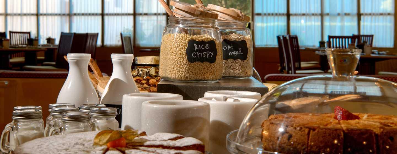 Hôtel La Bagnaia Golf & Spa Resort Siena, Curio Collection by Hilton, Italie - Épicerie fine pour le petit déjeuner