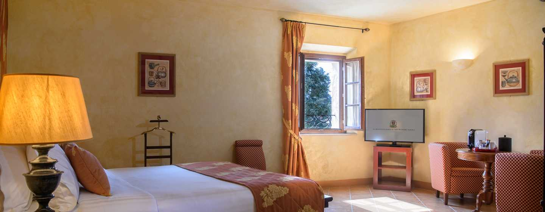 La Bagnaia Golf &Spa Resort Siena, Curio Collection by Hilton, Italien– Borgo Bagnaia Deluxe Zimmer mit Queensize-Bett