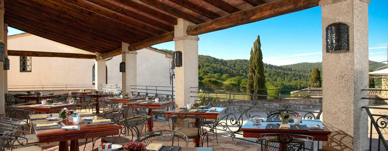 La Bagnaia Golf &Spa Resort Siena, Curio Collection by Hilton, Italien– Terrasse und Bar LaVoliera