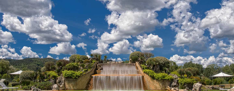 Hôtel La Bagnaia Golf & Spa Resort Siena, Curio Collection by Hilton, Italie - Cascade de la piscine thermale au Buddha Spa