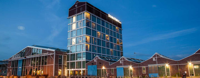 DoubleTree by Hilton Hotel Amsterdam - NDSM werf, NL - Hotel in de avonduren