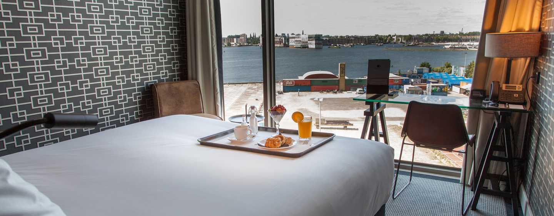 DoubleTree by Hilton Hotel Amsterdam - NDSM Wharf, NL - Eetmogelijkheden in de kamer