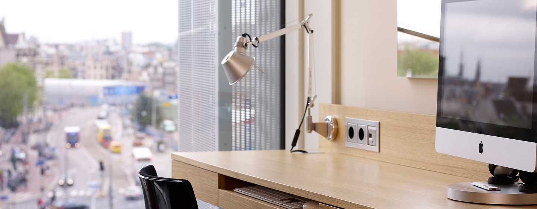 DoubleTree by Hilton Hotel Amsterdam Centraal Station, Nederland - Bureau met Apple iMac in kamer