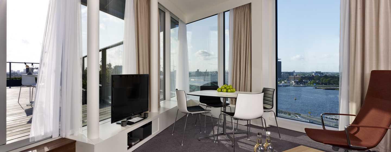 Voel de ongekende sensatie van uw eigen prachtige uitzicht over de stad en over het water vanaf het balkon en vanuit het raam van deze moderne slaapkame