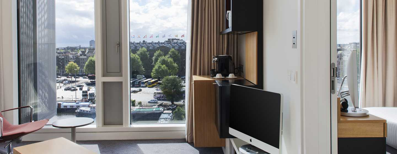 De junior suite is van een iMac computer voorzien en kijkt uit over de kade.