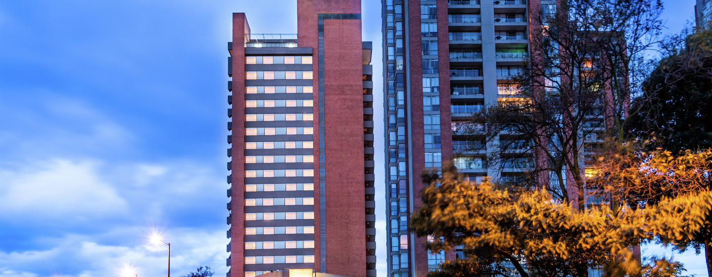 Vista de la fachada del hotel por la noche
