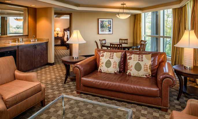 Hotel DoubleTree by Hilton Seattle Airport, Estados Unidos - Suite con una cama King y vista al lago