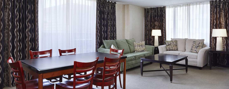 DoubleTree by Hilton Hotel Washington DC – Crystal City, VA – Deluxe Suite mit Whirlpool und Wohnzimmer