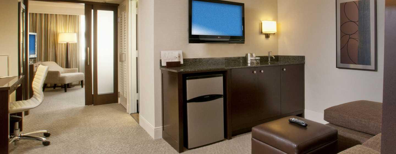 DoubleTree by Hilton Hotel Washington DC – Crystal City, VA – Deluxe Zimmer mit King-Size-Bett, Wohnzimmer