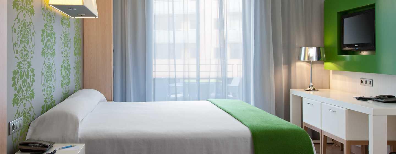 DoubleTree by Hilton Girona, España - Habitación con cama King y balcón