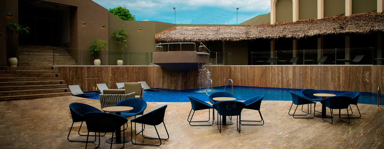 Hotel DoubleTree by Hilton Iquitos, Perú - Sillones al aire libre