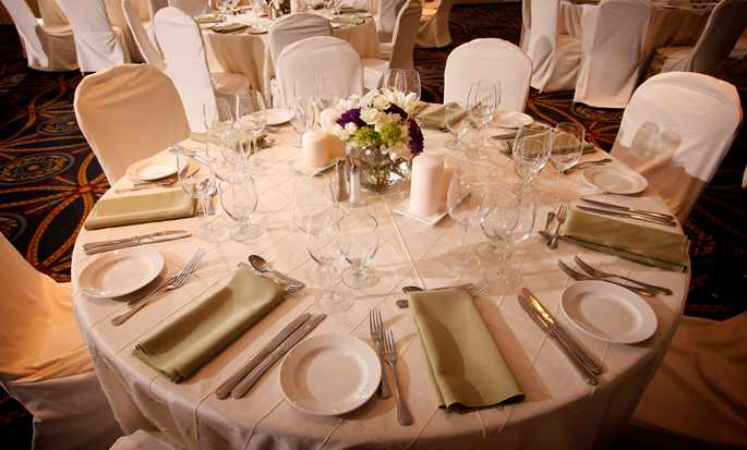 DoubleTree by Hilton Hotel Berkeley Marina - Table Wedding Setup