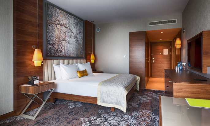 DoubleTree by Hilton Krakow Hotel & Convention Center, Polen – Zimmer mit King-Size-Bett