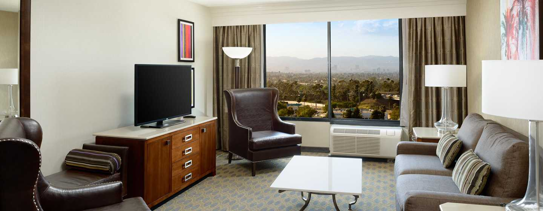Hotel DoubleTree by Hilton Los Angeles - Westside, EE. UU. - Sala de estar con vista de la suite California