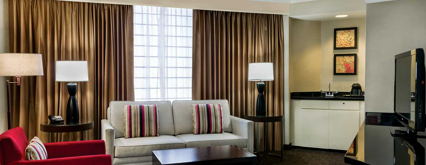Hotel DoubleTree by Hilton Los Angeles Downtown, EUA - Sala de estar de la suite