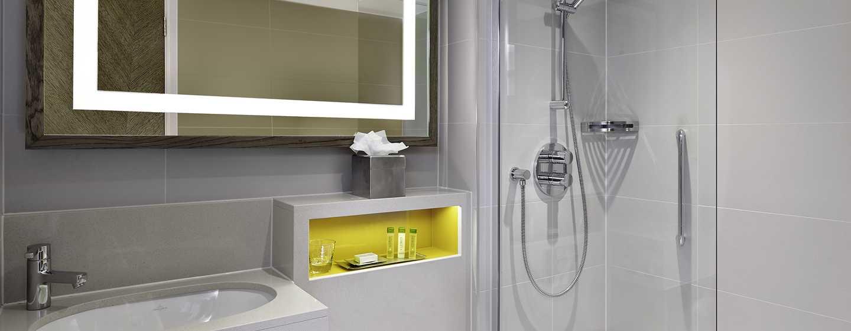 DoubleTree by Hilton Hotel London – Hotel no Hyde Park, Grã-Bretanha – Quarto com banheira e chuveiro