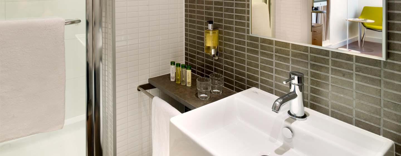 Hôtel DoubleTree by Hilton Hotel London - Tower of London, Royaume-Uni - Salle de bains d'une chambre avec très grand lit
