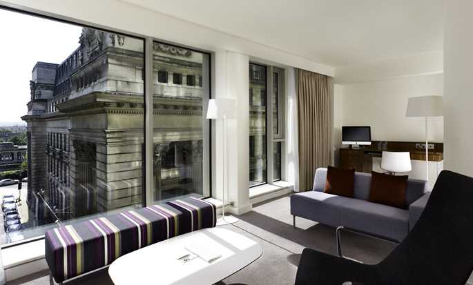 Hotel DoubleTree by Hilton London - Tower of London, Reino Unido - Sala de estar de la suite