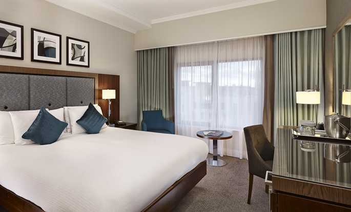 DoubleTree by Hilton Hotel London - Victoria, UK - Queen Guestroom