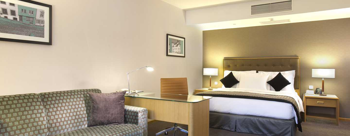 DoubleTree by Hilton Luxembourg, Luxemburg – Deluxe Zimmer mit King-Size-Bett