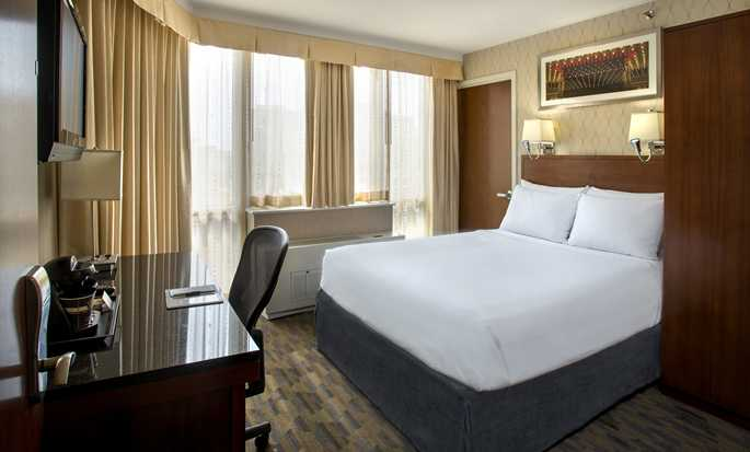 DoubleTree by Hilton Hotel New York - Queen Bedroom