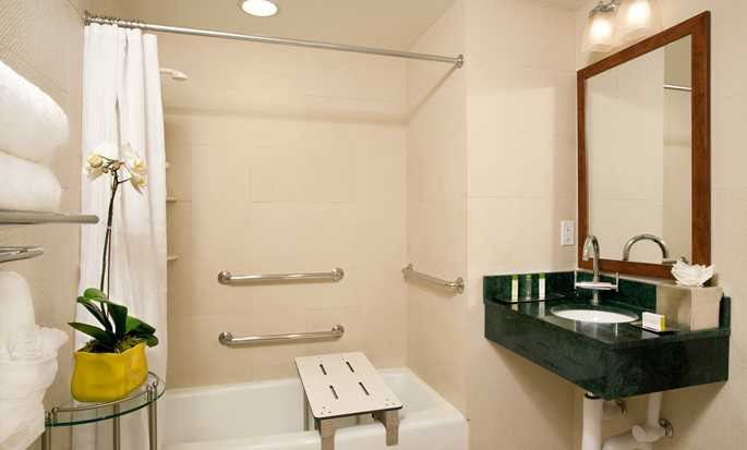 DoubleTree by Hilton Hotel New York - Accessible Bathroom