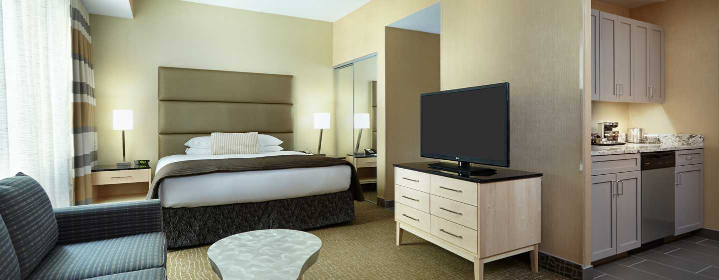 DoubleTree by Hilton Hotel Philadelphia Center City, Pennsylvania, USA – Suite mit einem King-Size-Bett und Küche