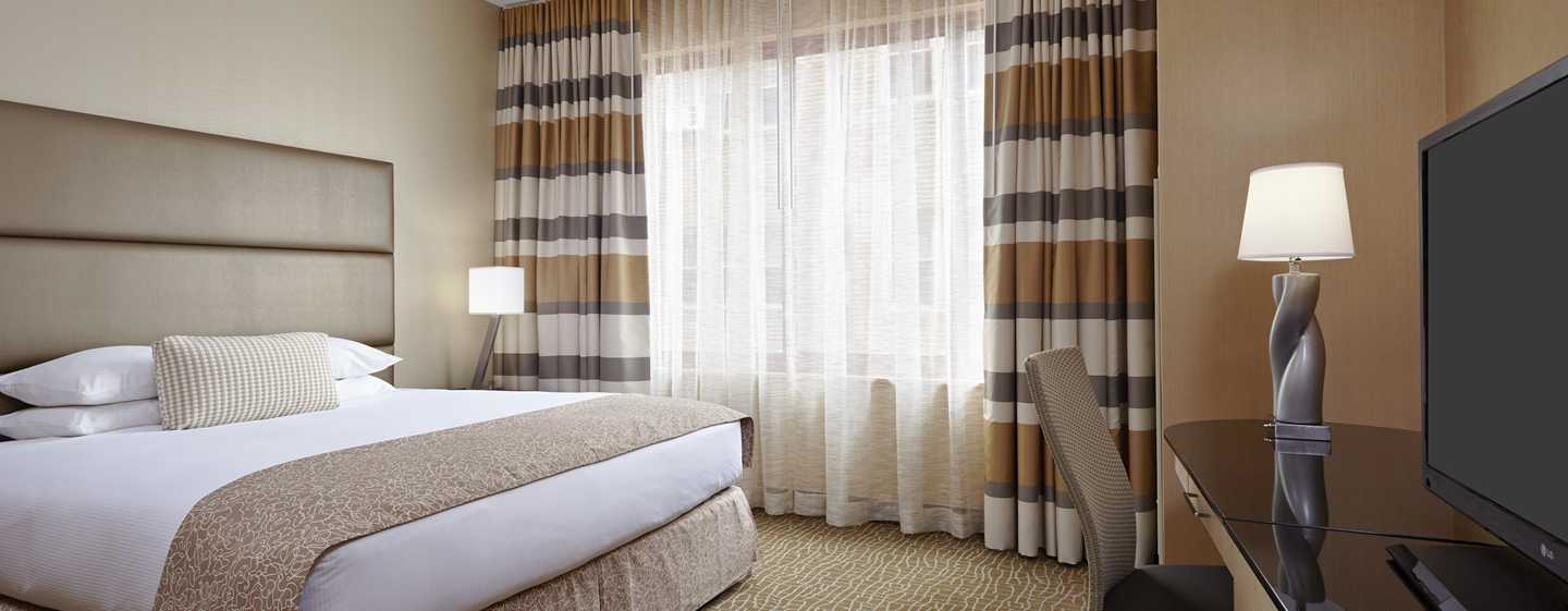 DoubleTree by Hilton Hotel Philadelphia Center City, Pennsylvania, USA – Suite mit Schlafzimmer und King-Size-Bett