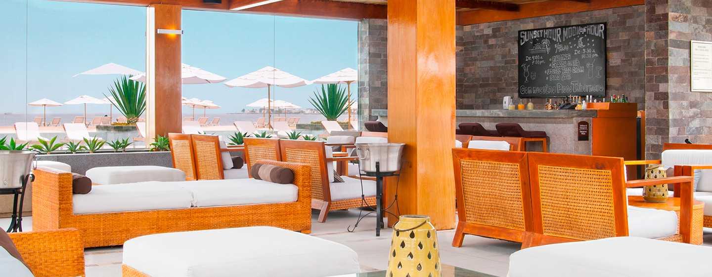 Hotel DoubleTree Resort by Hilton Paracas-Perú - Bar con vista a la piscina y al mar