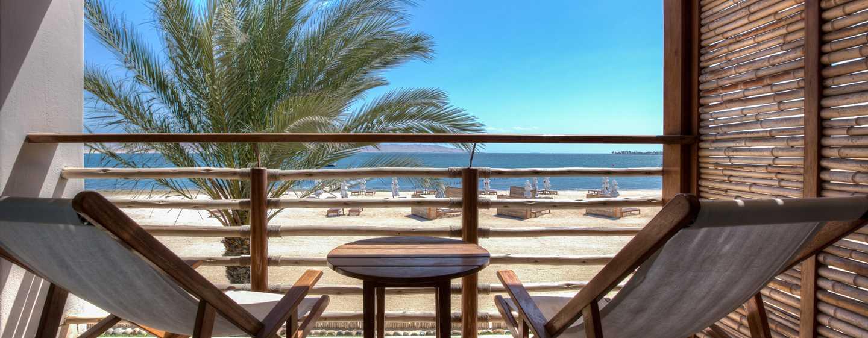 Hotel DoubleTree Resort by Hilton Paracas-Perú - Balcón de la suite de dos habitaciones con cama King, frente al mar