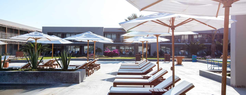 Hotel DoubleTree Resort by Hilton Paracas-Perú - Sillas de la piscina al aire libre