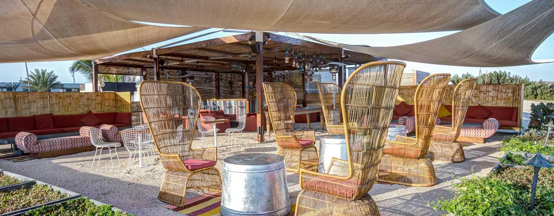 Hotel DoubleTree Resort by Hilton Paracas-Perú - Sillones al aire libre
