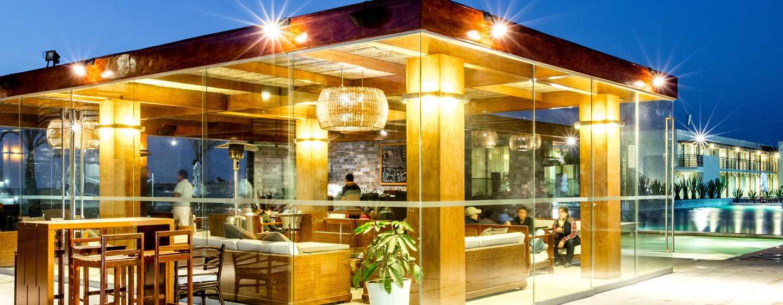 Hotel DoubleTree Resort by Hilton Paracas-Perú - Bar con vista a la piscina