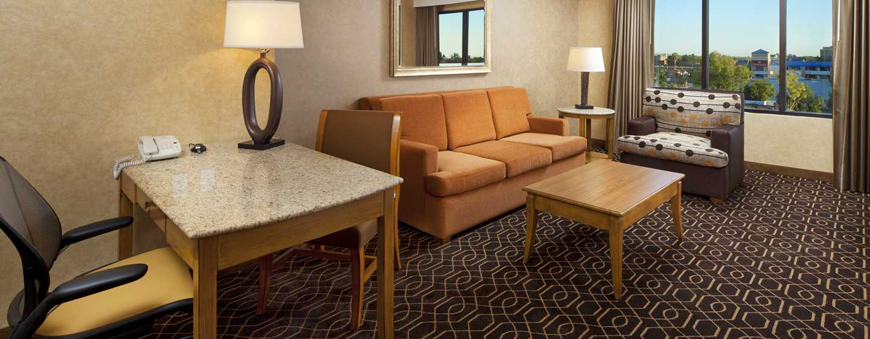 Hotel DoubleTree Suites by Hilton Anaheim Resort - Convention Center, California - Sala de estar de la suite con camas Queen