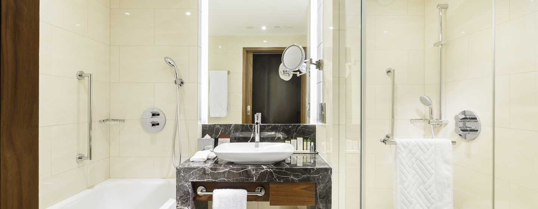 Erfrischen Sie sich im modernen Badezimmer unter Dusche oder in der Badewanne