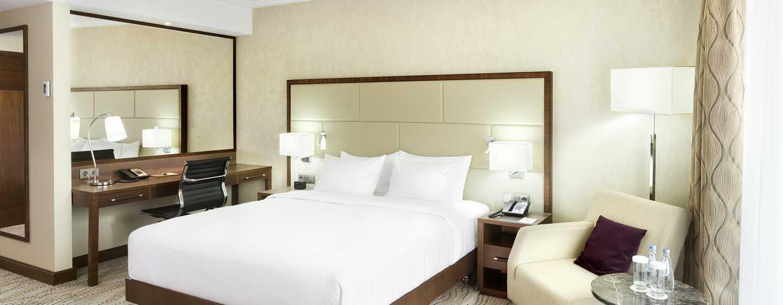Genießen Sie Ihren Aufenthalt im großen Schlafzimmer der modernen Suite