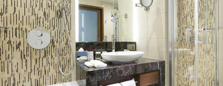 Im großen Badezimmer können Sie Badewanne und Dusche nutzen