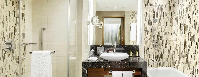 Erfrischen Sie sich im großen Badezimmer mit Wanne und Dusche