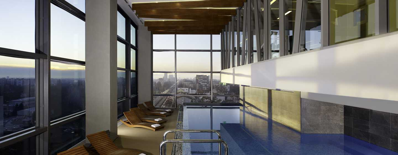 Хотел DoubleTree by Hilton Zagreb, Хърватия – 12-метровият закрит плувен басейн нощем