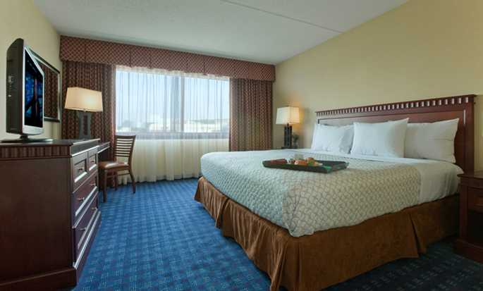 Embassy Suites Boston/Waltham Hotel, Massachusetts, USA – Schlafzimmer einer Rauchersuite mit King-Size-Bett